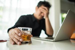 ung affärsman frustrerad vid skrivbordet