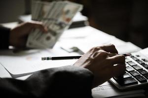 affärsperson som beräknar ekonomisk tillväxt och investering