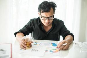 ung affärsman frustrerad vid skrivbordet foto