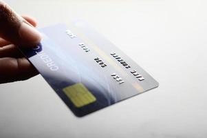 närbild av handinnehav kreditkort foto