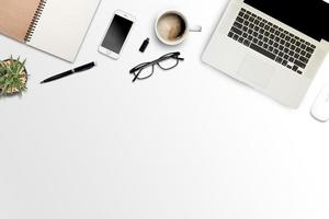 vit bakgrund med bärbar dator, smartphone och anteckningsbok foto