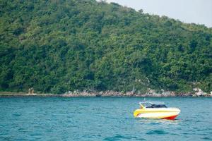 båt förtöjd till havs i Thailand