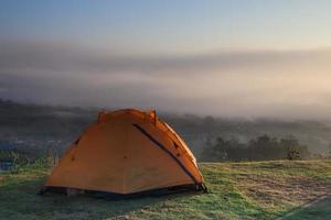 orange tält vid soluppgång