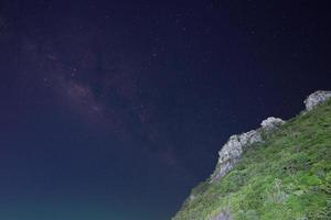 Vintergatan och bergen på natten foto