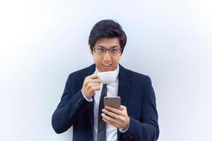 affärsman som håller en kaffekopp och telefon foto