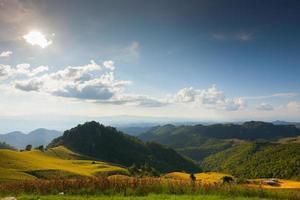 gröna berg och blå himmel foto