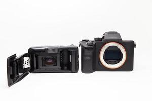 film och digital kamera på vitt foto