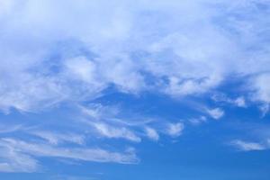 lätta moln och blå himmel foto