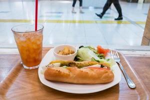 lunch nära ett fönster foto