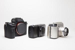tre kameror på vitt foto