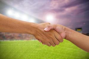 handslag mellan motståndarens lagspelare foto