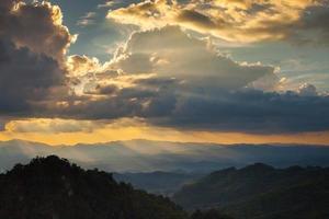 dramatiska moln och solnedgångshimmel foto