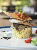 närbild av en havsabborre maträtt