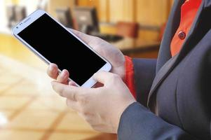 kvinna med mobiltelefonen i handen foto