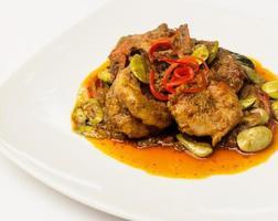 thailändsk maträtt på vitt foto