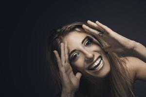 porträtt av ung leende sexig kvinna foto