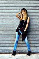 modegataporträtt av en ung sexig kvinna foto