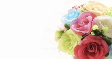 närbild steg konstgjorda blommor på vit bakgrund