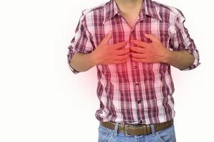 man som lider av bröstsmärtor