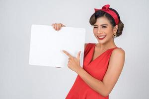 porträtt av en trendig kvinna som visar en vit banderoll foto