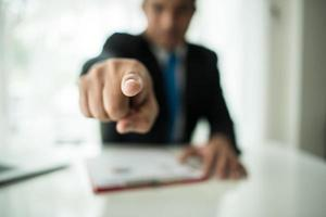 ung affärsman som pekar finger