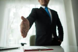ung affärsman som förlänger ett handslag