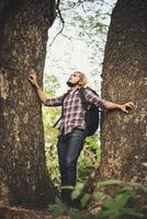 man vandrar i skogen