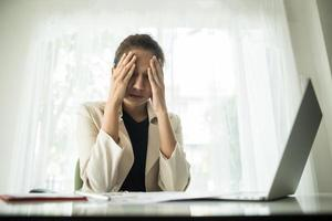 ung affärsman som lider av huvudvärk