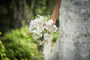 närbild av bröllop brudbukett i brudens hand foto