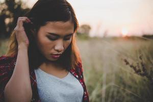 närbild av vacker sorglig ung flicka i ett fält