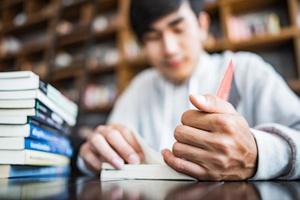 ung student som läser på ett kafé foto