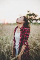 närbild av en vacker sorglig ung flicka i ett fält foto