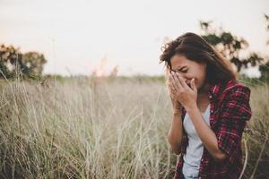 närbild av ledsen ung kvinna i ett fält