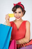 fashionabla kvinna shopping med väska och kreditkort foto