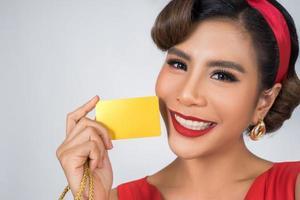 porträtt av en kvinna som håller ett kreditkort foto