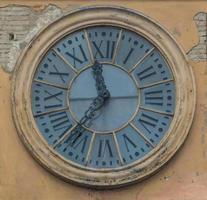 gammal klocka på en italiensk byggnad foto