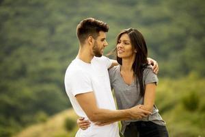glada unga par i kärlek på landsbygden foto