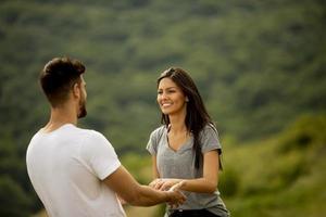 lyckliga unga par i kärlek på gräsplanen foto
