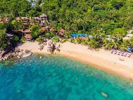 Flygfoto över den vackra tropiska stranden på Koh Samui Island, Thailand foto