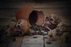två skalle med pengar på mörk bakgrund foto