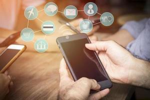 person som använder smart telefon med ikoner och wifi-symbol foto