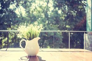 vas och blommor på bordet