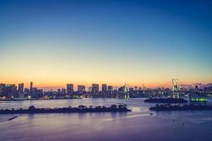 stadsbilden i tokyo stad med regnbågsbroen