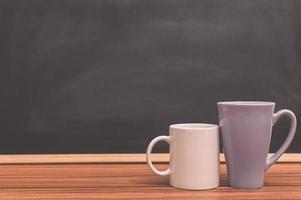 kaffemuggar på skrivbordet