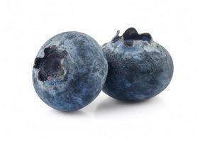 närbild av två blåbär på vit bakgrund