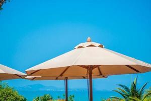 paraplyer på stranden foto