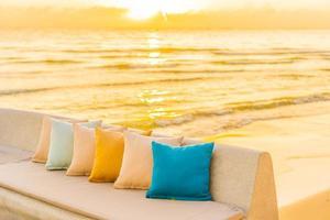 bekväm kudde på soffstol med havsstrandutsikt foto