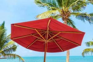 paraply på stranden foto