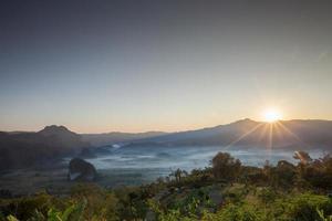 soluppgång över bergen