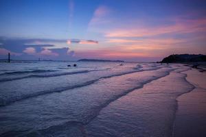 färgglad solnedgång och vågor foto